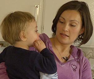VANSKELIG: Moren Janne Walden kjemper en hard kamp for å finne ut av hvilke rettigheter sønnen Elliot har.  (Foto: TV 2)