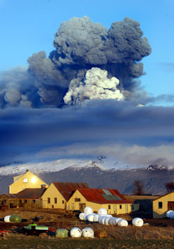 Den 16. april sto askeskyen tykk og svart ut av vulkanen.  (Foto: AP)