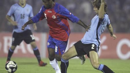 BEINTØFF: Uruguays Diego Lugano trår til i taklingene så det lukter svidd. (Foto: Eduardo Di Baia/AP)
