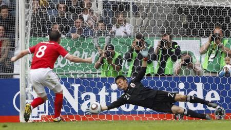 TIGERSPRANG: Eiji Kawashima redder straffesparket til Frank Lampard. Det var Lampards andre strake straffebom på klubb- og landslag. (Foto: DARREN STAPLES/Reuters)