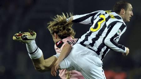 RÅTASS: Italias Giorgio Chiellini i luftduell. (Foto: MASSIMO PINCA/AP)