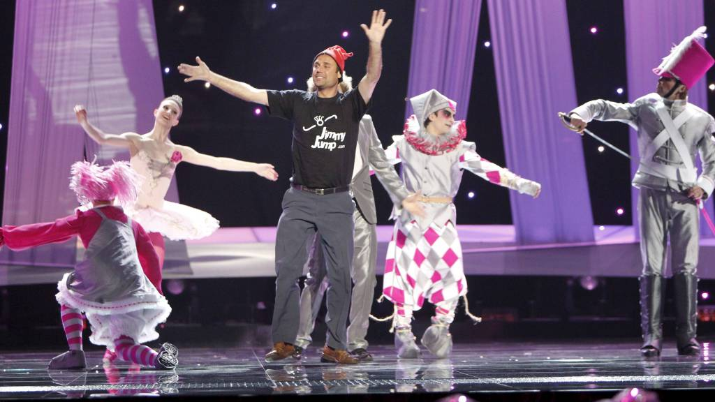 TOK OPPMERKSONHETEN: Daniel Diges fra Spania blir forstyrret av mannen i sort mens han fremfører sangen Algo Pequenito (Something Tiny) under finalen til Eurovision Song Contest i Telenor Arena. (Foto: Kallestad, Gorm/SCANPIX)