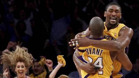 JUBEL: Kobe Bryant og Ron Artest jubler etter at Artest har avgjort kamp fem mot Phoenix Suns. (Foto: LUCY NICHOLSON/Reuters)