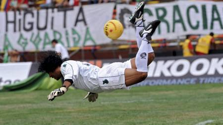 SKORPIONSSPARK: René Higuita hadde en svært offensiv stil som keeper. (Foto: RAUL ARBOLEDA/AFP)