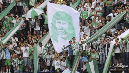 KJENDIS: René Higuita har en høy stjerne hos fansen i Colombia. (Foto: Luis Benavides/AP)