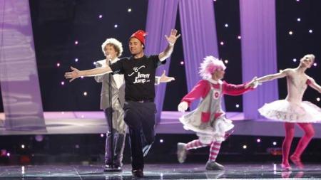 DANSET: «Jimmy Jump» hoppet opp på scenen og deltok under Spanias opptreden. (Foto: SCANPIX)