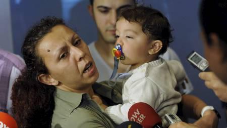 Nilufer Cetin holder sin ett år gamle sønn etter å ha ankommet Tyrkia tirsdag formiddag. Hun og sønnen ble utlevert fra Israel på grunn av sønnens unge alder. (Foto: STR/Ap)