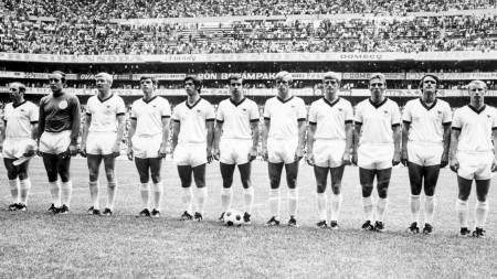 1970 shows the West German national soccer team lined up during the national anthem before the start of its World Cup soccer match for third place against Uruguay in Mexico City (Foto: -/Afp)
