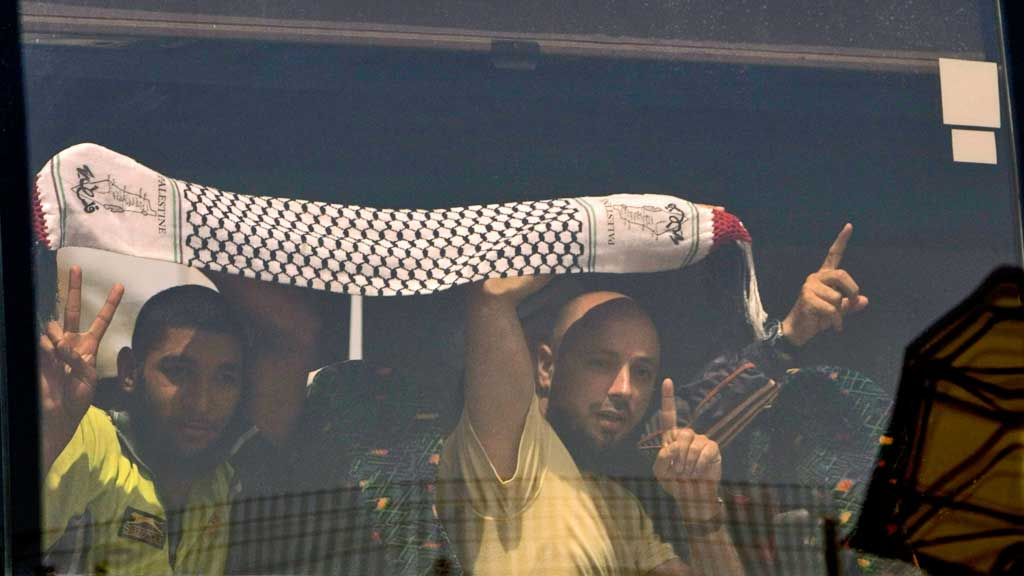 Aktivister Gaza buss flyplass Tel Aviv (Foto: AP)