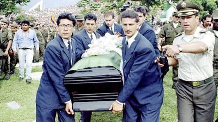 BLE SKUTT: Andres Escobar ble skutt etter et selvmål i VM 1994. Her fra begravelsen, som ble vist direkte på colombiansk fjernsyn. (Foto: REUTER/Scanpix)