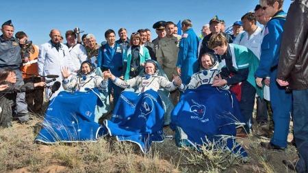 Astronautene Soichi Noguchi, Oleg Kotov og Timothy J. Creamer etter landing i Kasakhstan (Foto: Reuters)