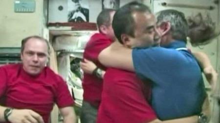 Astronauter sier farvel på ISS (Foto: JPNHK)