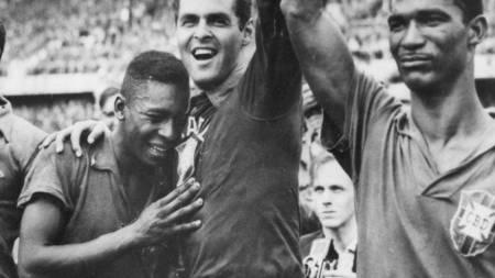 Brazil's seventeen-year-old Pele, left, weeps on the shoulder of goalkeeper Gylmar Dos Santos Neves (right) after Brazil's 5-2 victory over Sweden in the final of the soccer World Cup in Stockholm, Sweden. 1958 (Foto: Scanpix/AP)