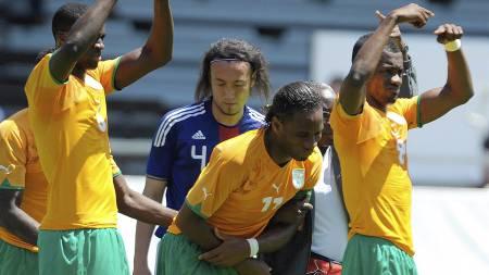 BYTT HAM UT: Drogbas medspillere gir klar beskjed. Bak står   mannen som skadet ivorianeren, Marcus Tulio Tanaka. (Foto: SEBASTIEN   FEVAL/Afp)