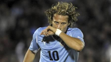 STJERNE: Diego Forlan er Uruguays største stjerne og bidrar sterkt til landets sterke angrepsrekke. (Foto: Matilde Campodonico/Ap)