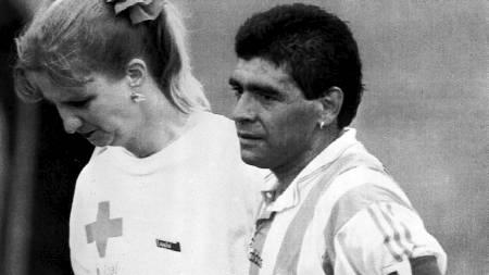 DOPTATT: Her føres Maradona inn til dopingkontrollen i USA-VM 1994. Han testet senere positivt. (Foto: JOE CAVARETTA/AP)