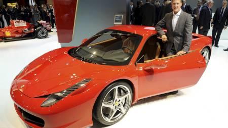 OVER 3000 FERRARI'ER: For den samlede verdien til Spanias   landslagstropp får du over 3000 eksemplarer av Ferraris nye fartsmonster.   Her poserer Michael Schumacher med fartsmonsteret. (Foto: THOMAS LOHNES/AFP)