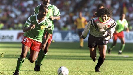 Forward Roger Milla from Cameroon runs past Colombian goalkeeper Jose Higuita (R) after stealing the ball from him on his way to score a goal 23 June 1990 (Foto: Scanpix/AFP)
