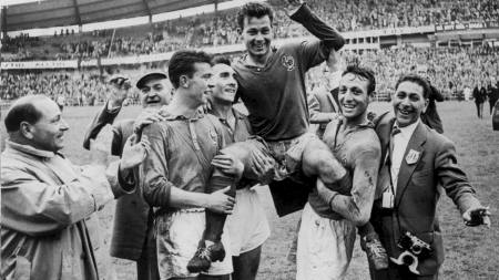 French forward Just Fontaine is carried off the field by his teammates (from L) Yvon Douis, Andre Lerond and Jean Vincent after scoring four goals against West Germany 28 June 1958 in Göteborg during the Soccer World Cup match for 3rd place. (Foto: Scanpix/AFP)