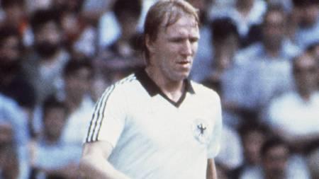 SCORET: Horst Hrubesch scoret kampens eneste mål i Vest-Tysklands 1-0-seier over Østerrike. En kamp der begge lagene var fornøyd med resultatet - og begge gikk videre. (Foto: Scanpix/AFP)