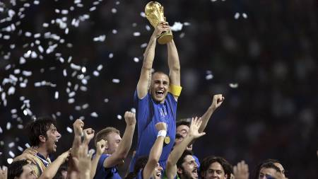 Italian defender Fabio Cannavaro (C) celebrates with the trophy after the World Cup 2006 final football game Italy vs.France (Foto: PASCAL PAVANI/AFP)