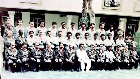 VILLE SENDE SPILLERNE I GARDEROBEN: Kuwaits menn fra 1982 nektet å fullføre kampen om dommeren ikke annullerte Frankrikes 4-1-scoring i 1982 (Foto: -/Afp)