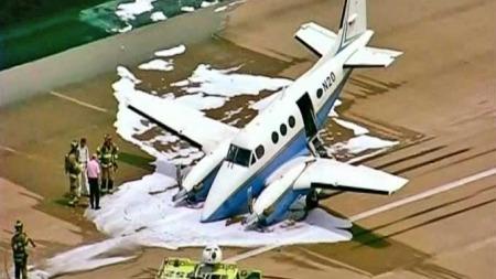 Nødlanding småfly skumlagt (Foto: CBS)