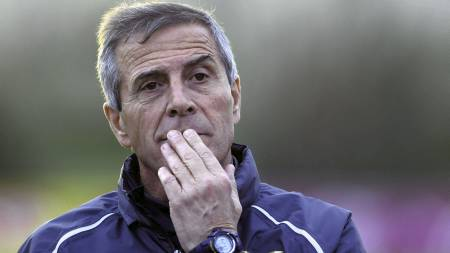 Oscar Tabarez ledet Uruguay til fjerdeplass i VM 2010 og til triumf i Copa America i sommer. Nå er det VM-kvalifisering på programmet, og med seier i dag vil vertene ha sju poeng etter tre spilte kamper (Foto: Matilde Campodonico/Ap)