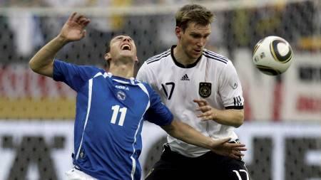 Edin Dzeko og Per Mertesacker (Foto: THOMAS BOHLEN/Reuters)