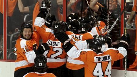 FLYERS-JUBEL: Philadelphia Flyers-spillerne jubler etter å ha vunnet kampen de ikke måtte tape. (Foto: Jim McIsaac/Afp)