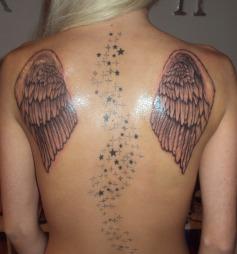 ENGLEVINGER: Tine Valle er strålende fornøyd med sin nye tatovering.  (Foto: Privat)