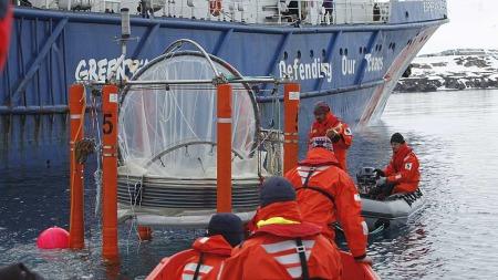 FRA KIEL TIL SVALBARD: Forskerne har fått hjelp av Greenpeace-skipet Esperanza til å frakte tankene fra Kiel i Tyskland til Ny-Ålesund på Svalbard.   (Foto: Thorstein Korsvoll/ TV 2)