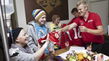 Maren Sørlien får Riise sin trøye, og Ola Bech Holtan får sin   fra Carew og er storfornøyd, Jostein Bernhardsen (Foto: TBE/Thomas Barstad   Eckhoff)