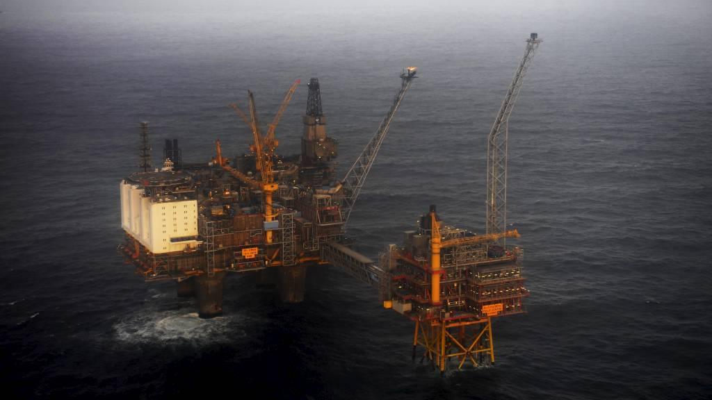 GASS TAR OVER: Norsk oljeproduksjon, som her  på Oseberg-feltet, har passert toppen. (Foto: Hommedal, Marit/SCANPIX)