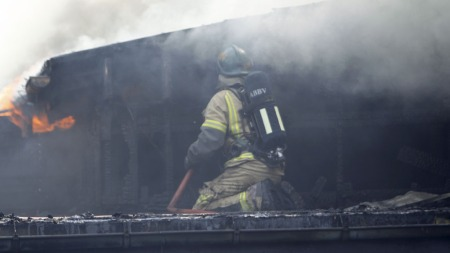 Tomannsboligen var overtent da brannmannskapet kom fram til brannstedet torsdag. (Foto: Holm, Morten, ©LOCH)