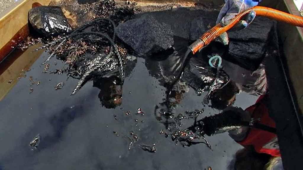 SØL: Slik kan oljesøl som rammer Nord-Norge se ut. Forsvaret er ifølge ordfører piasava-koster og vegvesen-spader. (Foto: Stein Inge Pedersen/TV 2)