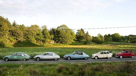 Lang rekke gamle legendariske Citroën. Dette er biler eierne tar godt vare på.  (Foto: Rune Johansen, ba.no/ANB)