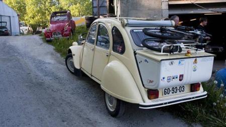 Mange eiere av Citroën 2CV bruker bilen til lange turer både i Norge og i utlandet. Dette er bilen til Eirik Jæger. Den røde 2CVen eier André Pisani. (Foto: Rune Johansen, ba.no/ANB)