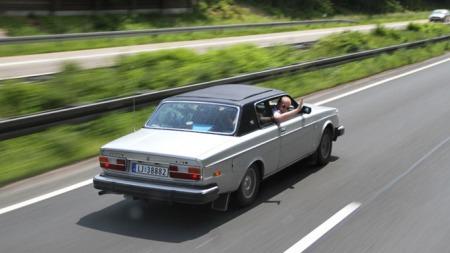 En Volvo-klassiker langt hjemmefra - og lenger skal det bli. Foto fra passasjersetet på svensk trailer vi fikk lov å haike med for å ta bilder: Diffen Eidsmo.