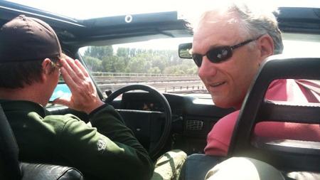 Under åpen himmel! Fotograf Diffen er sjåfør mens bilmekaniker/programleder Benny sitter ved siden av. Foto fra baksetet: Kjetil Høye Sviland.