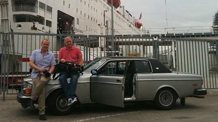 Kjetil og Benny har fått start på Volvoen og kjørt i land i Kiel - klare for mange mil sørover i Europa! Foto: Ditlev