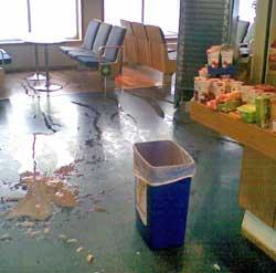 Det kraftige sammenstøtet førte til at gjenstander ble kastet rundt oppe i kafeen på bilferga Tresfjord. (Foto: Steinar Reiten)