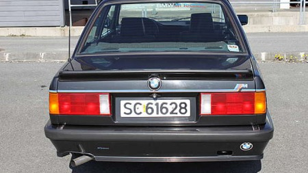 100% original. Dette er ingen rånebil, men BMW E30 utstyrt med M-tech styling fra fabrikk.