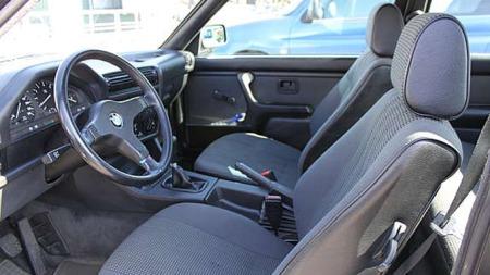 Bilen som Gisle Jørgensen selger har originalt M-tech ratt, og et interiør så strøkent at det ikke finnes mange slike i dag.