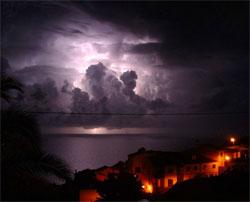 Alle lynene gjør denne stormen utenfor Madeira selvlysende. (Foto: Wikipedia Commons)