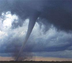 Det lave lufttrykket i tornadoen får vanndampen til å kondensere til ørsmå dråper. Det er det som gir den hvite fargen. (Foto: Wikipedia)