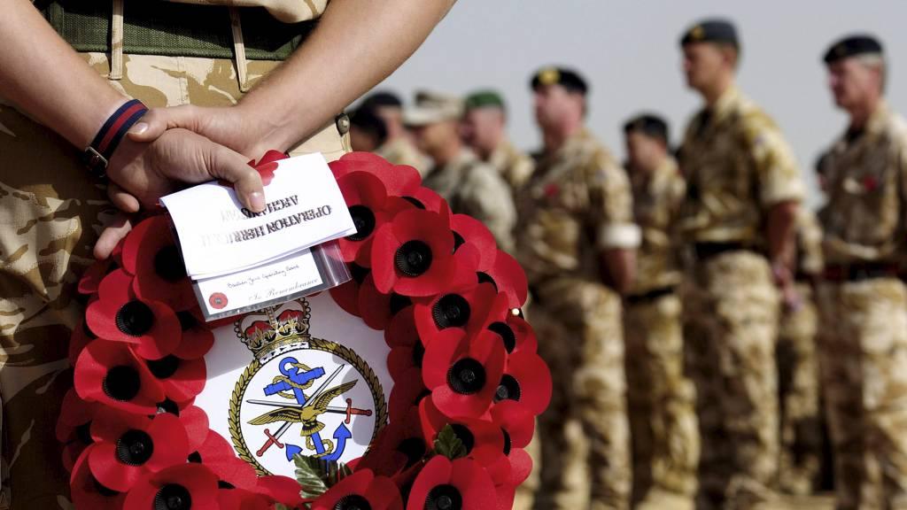 MINNESEREMONI: I en seremoni i Helmand provinsen i Afghanistan i november 2009 ble falne britiske soldater minnet. (Foto: Cpl. Steve Bain/AP)