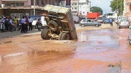 Lastebil på nesa i vannet