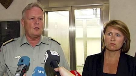 I SORG: Forsvarssjef Harald Sunde og forsvarsminister Grete Faremo orienterte pressen natt til mandag. (Foto: TV 2/)