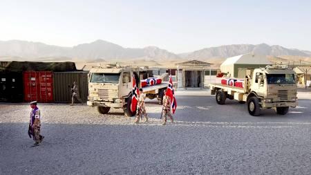 HEDRET: Feltpresten gikk først i prosesjonen med de falne soldatene. Soldatene ble hedret av kolleger langs hele ruten til flyplassen vel to kilometer unna. (Foto: Kallestad, Gorm/Scanpix)